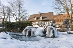 Vereister Dorfbrunnen