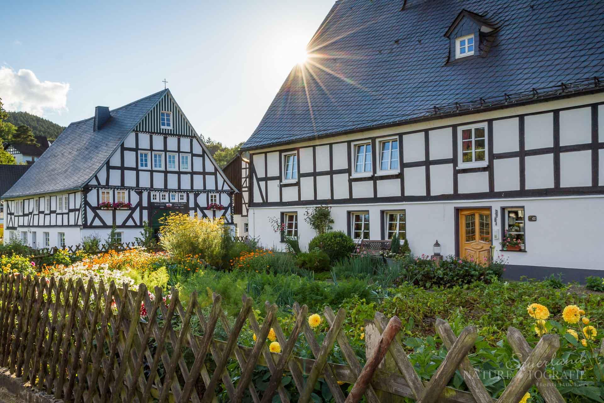 Altes Fachwerk mit Bauerngarten in Fleckenberg